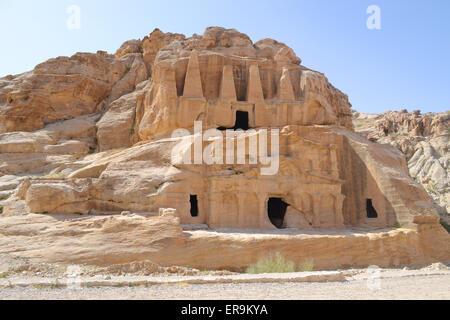 Grottes nabatéennes & sculptures sur le chemin de la ville antique de Petra. Banque D'Images