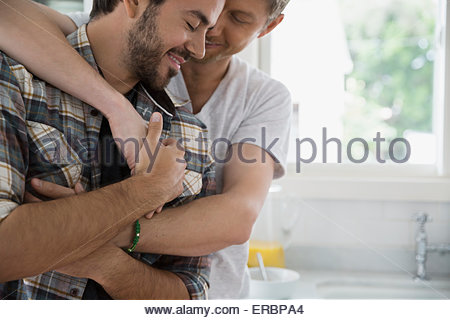 Close up homosexuel affectueux couple hugging Banque D'Images