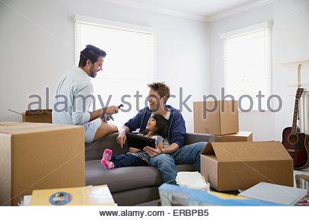 Couple homosexuel fille jouant avec canapé moving boxes Banque D'Images