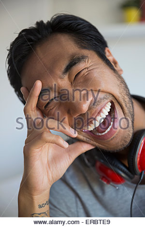 Portrait homme enthousiaste avec headphones laughing Banque D'Images