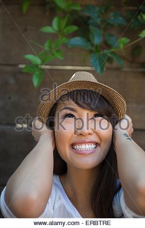 Portrait femme enthousiaste aux cheveux noirs wearing hat Banque D'Images
