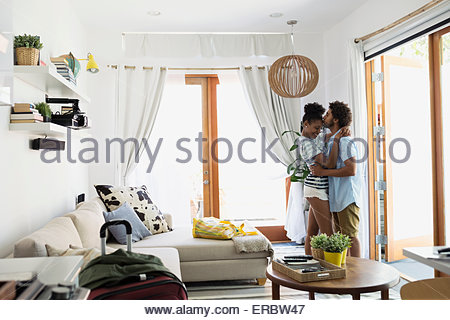 Couple hugging and kissing locations Chambre salon Banque D'Images