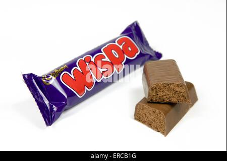 Wispa barre de chocolat sur fond blanc avec un bar à ciel ouvert par le côté Banque D'Images