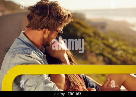 Young couple partageant un moment spécial, tandis que l'extérieur. Jeune couple romantique ensemble. Banque D'Images