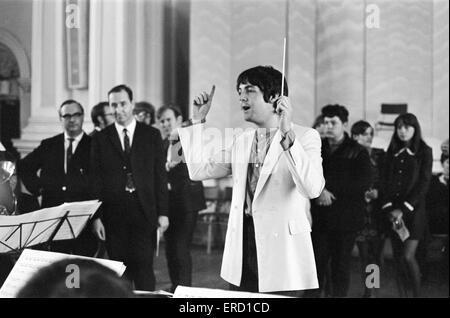 Paul McCartney des Beatles, procède à l'Black Dyke Mills Band, l'enregistrement d'un dossier, Thingmebob, écrit Banque D'Images