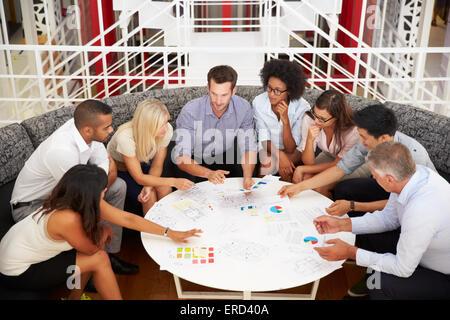 Groupe de collègues de travail ayant réuni à un office lobby Banque D'Images