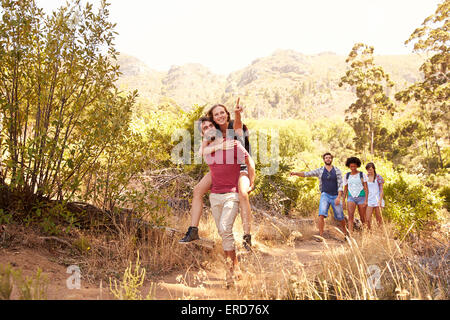 Groupe d'amis pour marcher dans la campagne Ensemble Banque D'Images