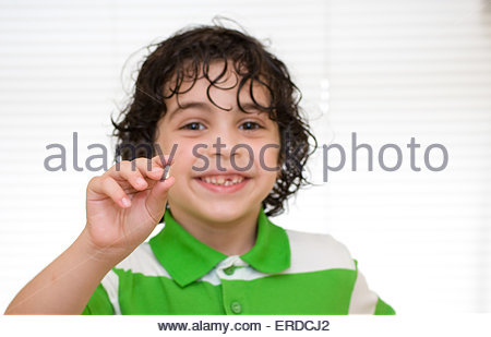 Enfant tenant une dent de lait qui vient de tombé. Stade de développement de l'image conceptuelle Banque D'Images