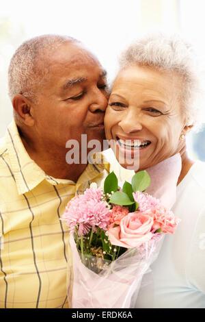 Man donnant des fleurs pour femme Banque D'Images