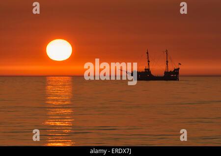 Voilier dans le coucher du soleil, de la mer Baltique, Gdansk, Pologne, Province occidentale Banque D'Images