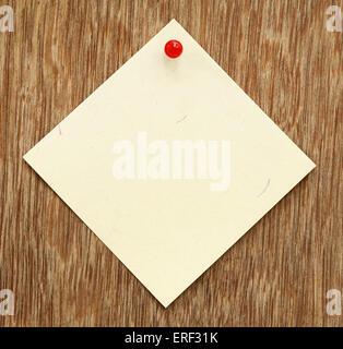 Avis sur punaise vierge avec surface en bois Banque D'Images