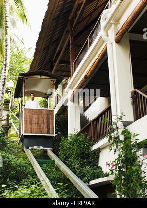 En homme balinais le funiculaire (ou tram) à Ubud Hanging Gardens, Bali, Indonésie. Banque D'Images