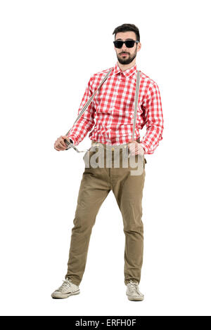 Funny confiant étirant hipster de bretelles. La longueur du corps complet isolé portrait sur fond blanc. Banque D'Images