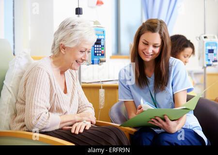 Senior Woman subissant une chimiothérapie avec alimentation Banque D'Images