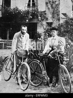 Pierre et Marie Curie avec les vélos sur lesquels, au début de leur vie de couple, la parcouraient les routes de Banque D'Images