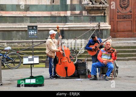 Des musiciens de rue en face de la cathédrale de Florence