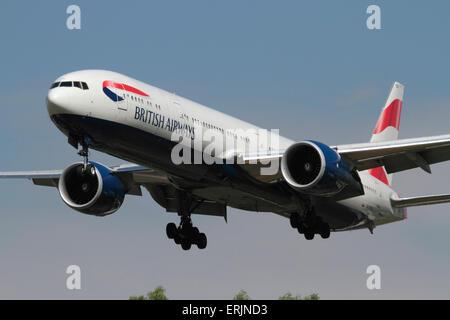 British Airways Boeing 777-300ER avion commercial à deux moteurs long-courrier en approche. Vue de face rapprochée Banque D'Images