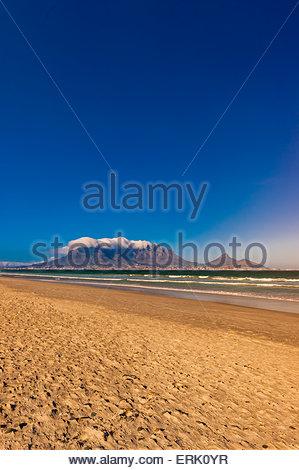 Vue sur Cape Town et Table Mountain et Lion's Head Peak de la plage de Milnerton, Afrique du Sud. Banque D'Images