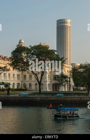 Le Swissotel vu de la CBD sur la rivière Singapour Banque D'Images