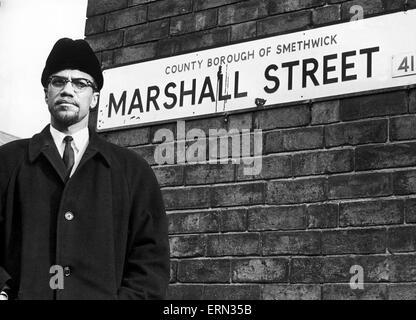Malcolm X musulmans afro-ministre et militant des droits de l'homme pose à côté de la plaque de rue pour Marshall Banque D'Images