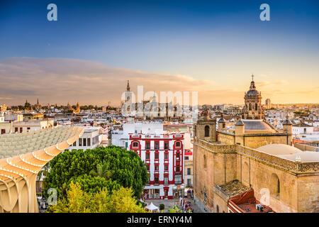 Séville, Espagne vieux quartier skyline at Dusk. Banque D'Images