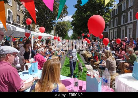 Islington, Londres, 7 juin 2015. Un jour ensoleillé pour la grande fête de rue, Déjeuner en route Englefield, et Banque D'Images