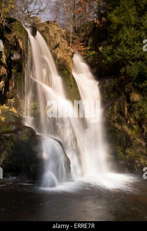 Chute d'eau de Possforth Gill dans une campagne idyllique et paisible (eau qui coule au-dessus de la falaise rocheuse Banque D'Images