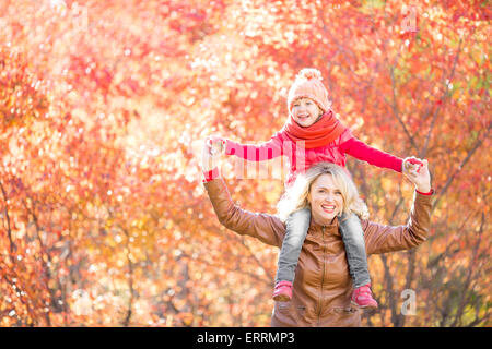 Happy Family walking in fall Banque D'Images