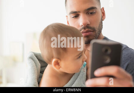 Père et fils baby using cell phone