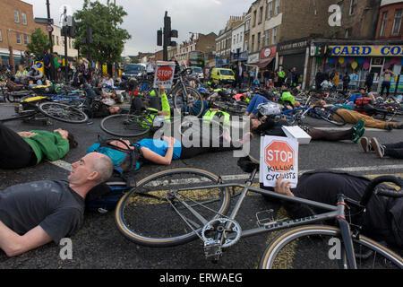 Londres, Royaume-Uni. 8 juin, 2015. Les cyclistes protestaient contre une autre mort à proximité sont à Camberwell Green dans le sud London Borough of Lambeth. Le 28 mai, NHS Physiothérapeute Esther Hartsilver a été tué par un camion tournant à gauche, 100m de cet endroit. Esther a été la 6ème victime à vélo cette année, la 5e femme à mourir et tous ces incidents impliquant des poids lourds. Les partisans de l'action group arrêter de tuer les cyclistes le organsided die-in, l'arrêt du trafic à ce carrefour important. Credit: RichardBaker/Alamy Live News