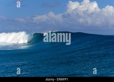 Un grand et puissant océan vagues briser près de la rive à Teahupoo sur l'île de Tahiti, en Polynésie Française