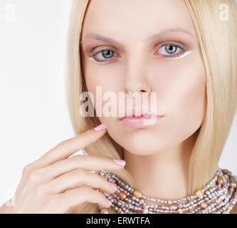Ravissante blonde sophistiquée Touching her Face Banque D'Images
