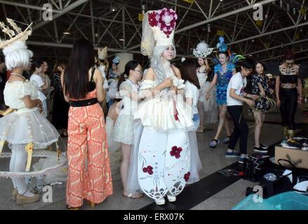 Jinan, Chine, la province de Shandong. 9 juin, 2015. Les élèves préparent un spectacle pour la conception de la Banque D'Images