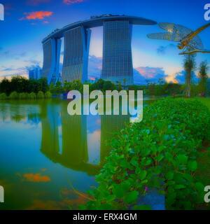 Singapour - 29 MAI: Soirée voir l'étang de libellules, et Marina Bay Sands dans les jardins de la Baie le 29 mai Banque D'Images