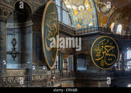 Vue de dessus de l'intérieur de Sainte-sophie avec médaillon Ottoman, Sultanahmet, Istanbul, Turquie Banque D'Images