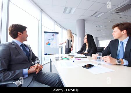 Les travailleurs de réunion d'affaires à la recherche à la présentation des rapports financiers au bureau moderne Banque D'Images