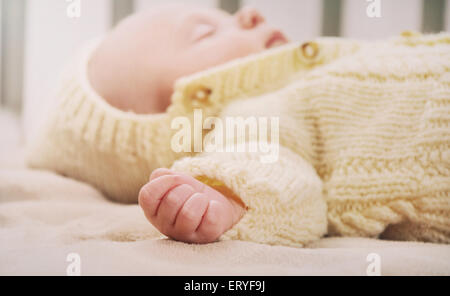 Mignon sommeil bébé nouveau-né, maternité, concept de droit mou de belle famille Banque D'Images