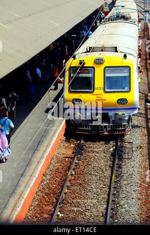 Western Railway suburban train local nouvellement mise en façade jaune; Bombay Mumbai Maharashtra; Inde;