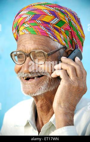 L'homme rural ancien indien turban verres talking on mobile phone - M.#784b - smr 178266 Banque D'Images