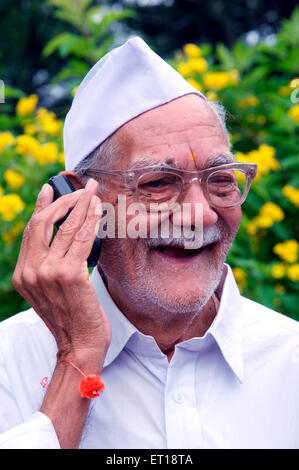 Indian Old Man Talking on Mobile MR# 784M Banque D'Images