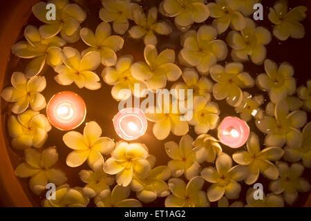 Les fleurs et la lumière des bougies flottant sur l'eau dans un Spa; Palolem beach Goa; Inde; Banque D'Images