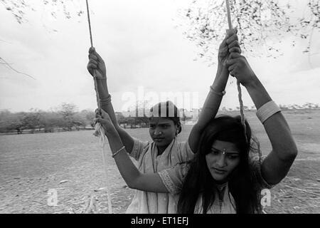 Lavani danseurs coin sur swing; Modnib; Maharashtra Inde; PAS DE MR Banque D'Images