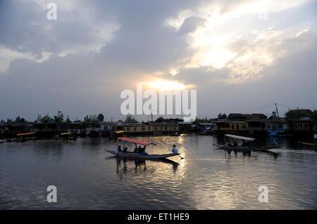 Au coucher du soleil; le lac Dal à Srinagar, Jammu-et-Cachemire; Inde; Banque D'Images