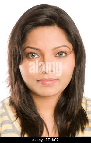 Girl Staring dans Pune Maharashtra Inde Asie Caméra Feb 2011 M.#686 X Banque D'Images