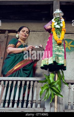 Gudi Padva femme célèbre festival à house Pune Maharashtra Inde Asie M.#686CC Banque D'Images