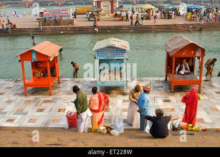 Pèlerins à banque du fleuve Ganga Haridwar;;; Inde Uttarakhand Uttaranchal Banque D'Images