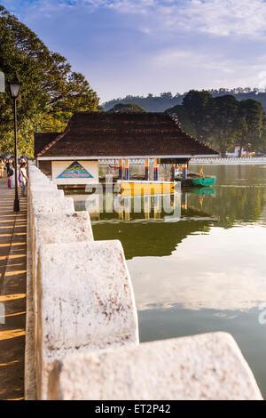 Le lac de Kandy, boat house et les nuages Wall (Mur) Walakulu, Kandy, Province du Centre, au Sri Lanka, en Asie Banque D'Images