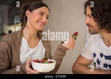 L'alimentation a une fraise à son mari, Munich, Bavière, Allemagne Banque D'Images