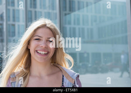 Close-up of Caucasian teenage girl smiling, Munich, Bavière, Allemagne Banque D'Images