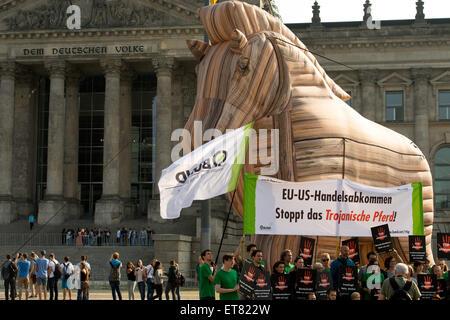 Berlin, Allemagne, la protestation de la taille avec un cheval de Troie contre TTIP Banque D'Images